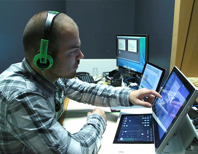 realisateur-montage-studio-cigale-ordinateur-bureau